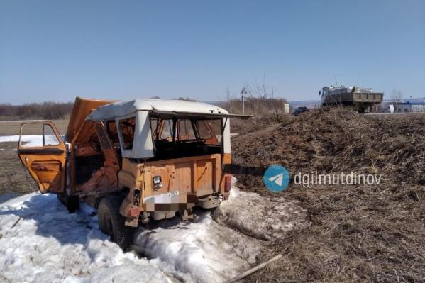 Машина пенсионера от удара грузовика опрокинулась