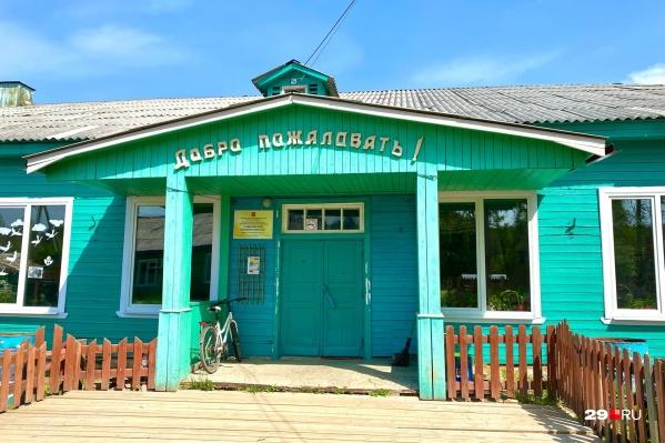 Так выглядит школа в поселке Самково Плесецкого района. Она совсем не похожа на городскую