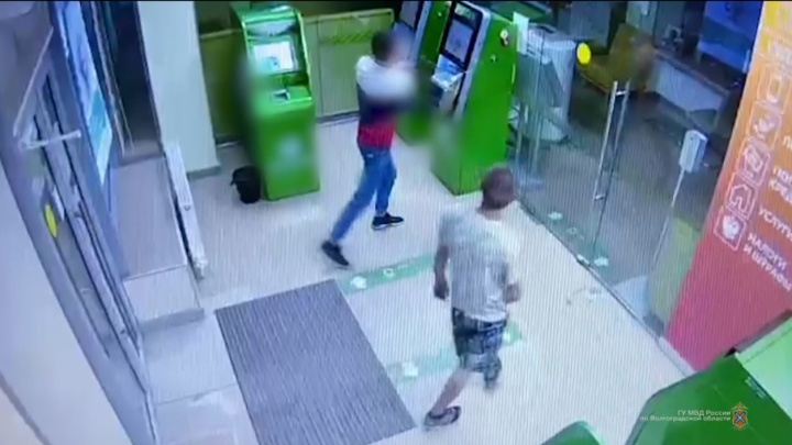Повторение — мать учения: в Волгограде двое молодых людей попытались разобрать банкомат