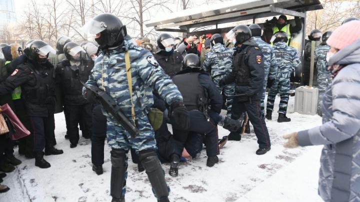 Всё было спокойно, но потом появился ОМОН: екатеринбургская акция протеста в двух десятках фотографий