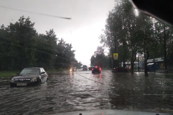 Улицу Леонова сильно затопило