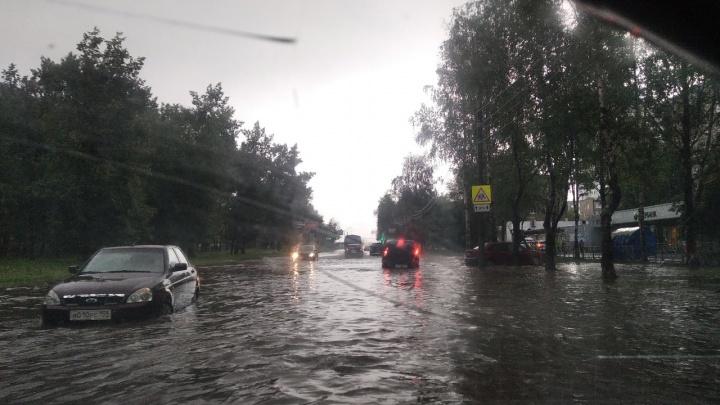 Затопило дороги, дома и остановку: смотрим, как на Пермь обрушились сильные ливни