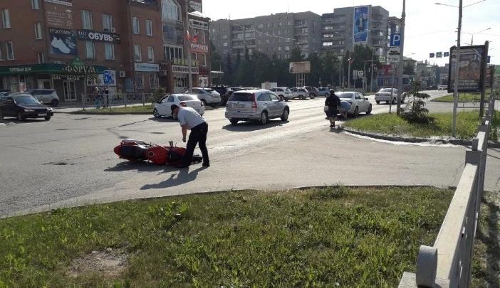 Не справился с управлением: момент смертельного ДТП с мотоциклистом в Бердске попал на видео