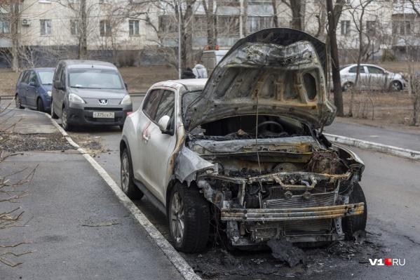 Nissan Juke загорелся ночью на улице Пархоменко