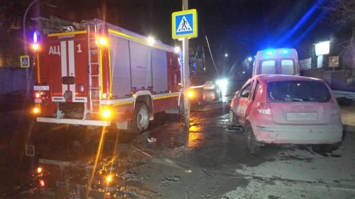 В Екатеринбурге Hyundai намотало на столб. Водитель погиб на месте