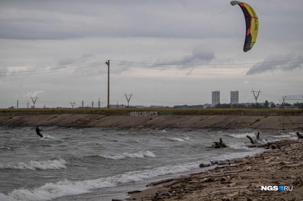 Море волнуется, раз. В ветреную погоду Обское водохранилище еще больше похоже на настоящее море. Осталось только забыть, что ты в Новосибирске
