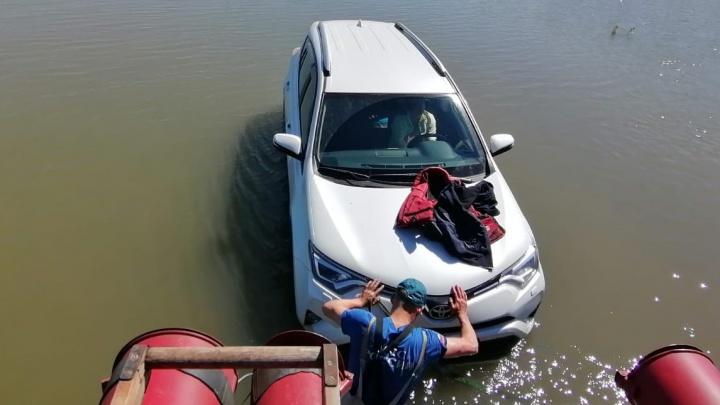 «Тойота» застряла на затопленной дороге. Вытянули пожарной машиной