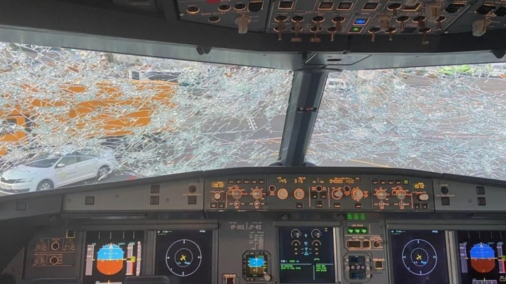 Самолету S7, летевшему из Челябинска в Москву, градом разбило лобовое стекло. Смотрим фото