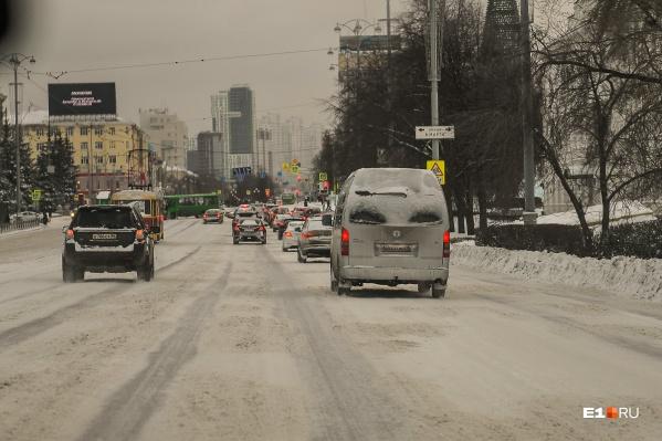 Занесенный снегом проспект Ленина: в таком состоянии находится главная дорога Екатеринбурга