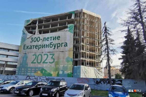 Самую заметную часть недостроя сносить пока не планируют, новый комплекс появится за этим зданием