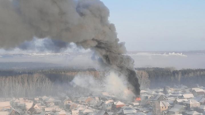 «Весь район дымом затянуло»: частный дом загорелся на Первомайке
