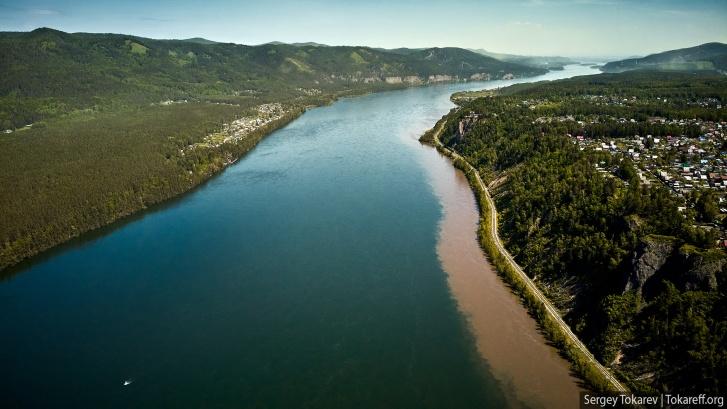 Загрязнение Маны летом этого года: грязная вода из притоков заполнила прибрежную зону реки