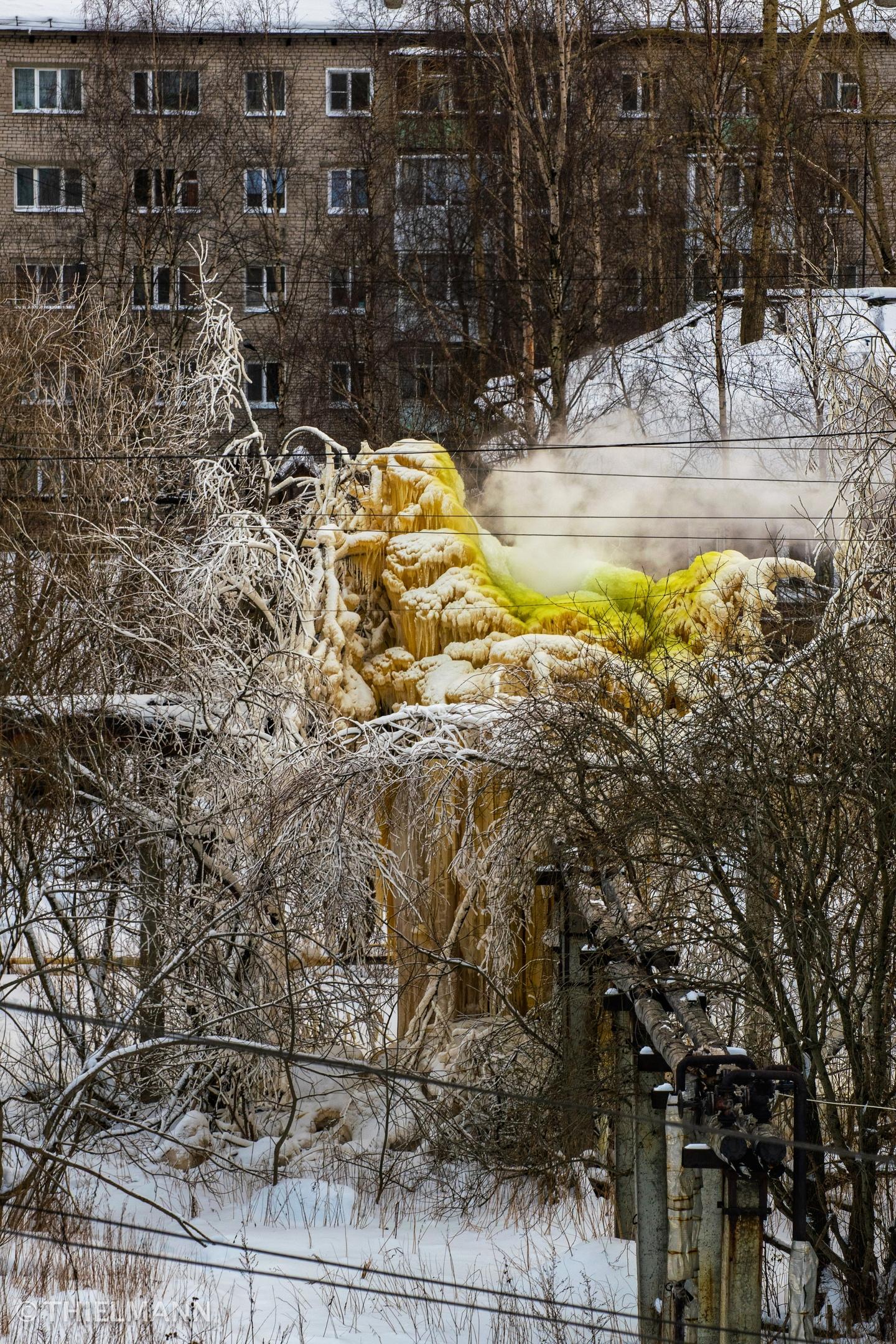 Теплотрасса превращается в ледяной замок с декабря
