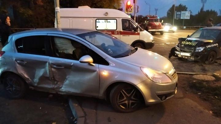 За рулем был инструктор: в Ярославской области учебное авто протаранило легковушку