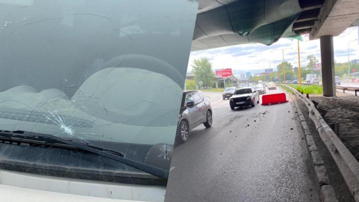 Строители оплатят ремонт машины, которую засыпало булыжниками с моста на Луганской