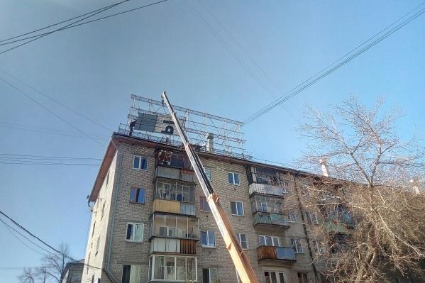 "Стрит-арт-объект стоял на крыше дома <nobr class=""_"">№ 93</nobr> на Малышева"