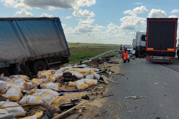 От удара один из большегрузов выбросило с дороги