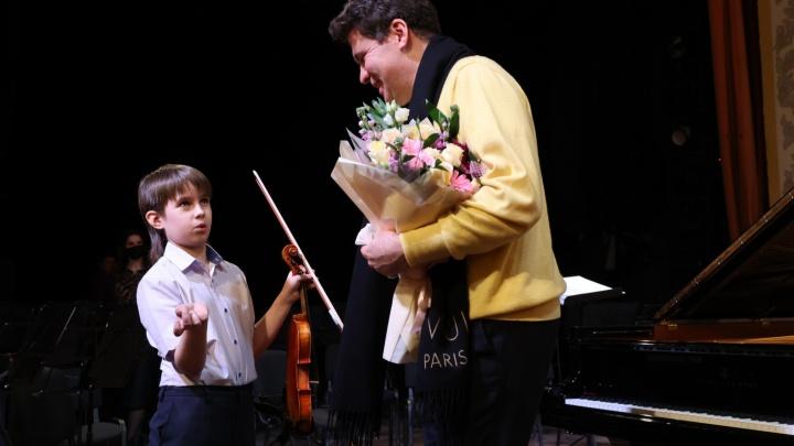 Денис Мацуев встретился с челябинским мальчиком, на которого соседи заявляли в полицию из-за игры на скрипке