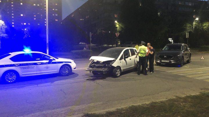 Практически на ровном месте: в центре Волгограда не разъехались две иномарки