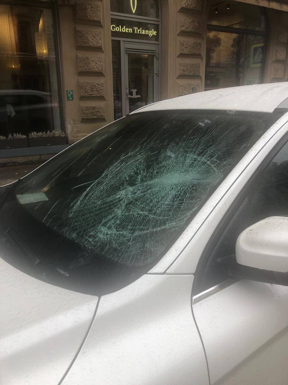 Падение глыбы на машину на Большой Конюшенной улице