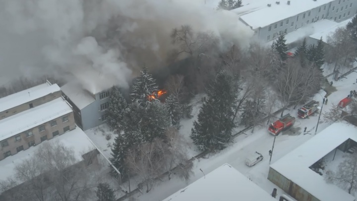 «Из-за дыма не видели здания»: в Самаре потушили крупный пожар на подшипниковом заводе