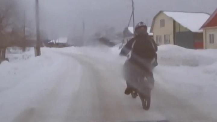 В Свердловской области подросток на байке устроил гонки с ГИБДД и упал в снег