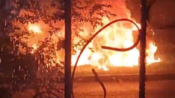 Сначала взрыв был, водитель выпрыгнул на ходу: в Волгограде дотла сгорела легковушка — видео