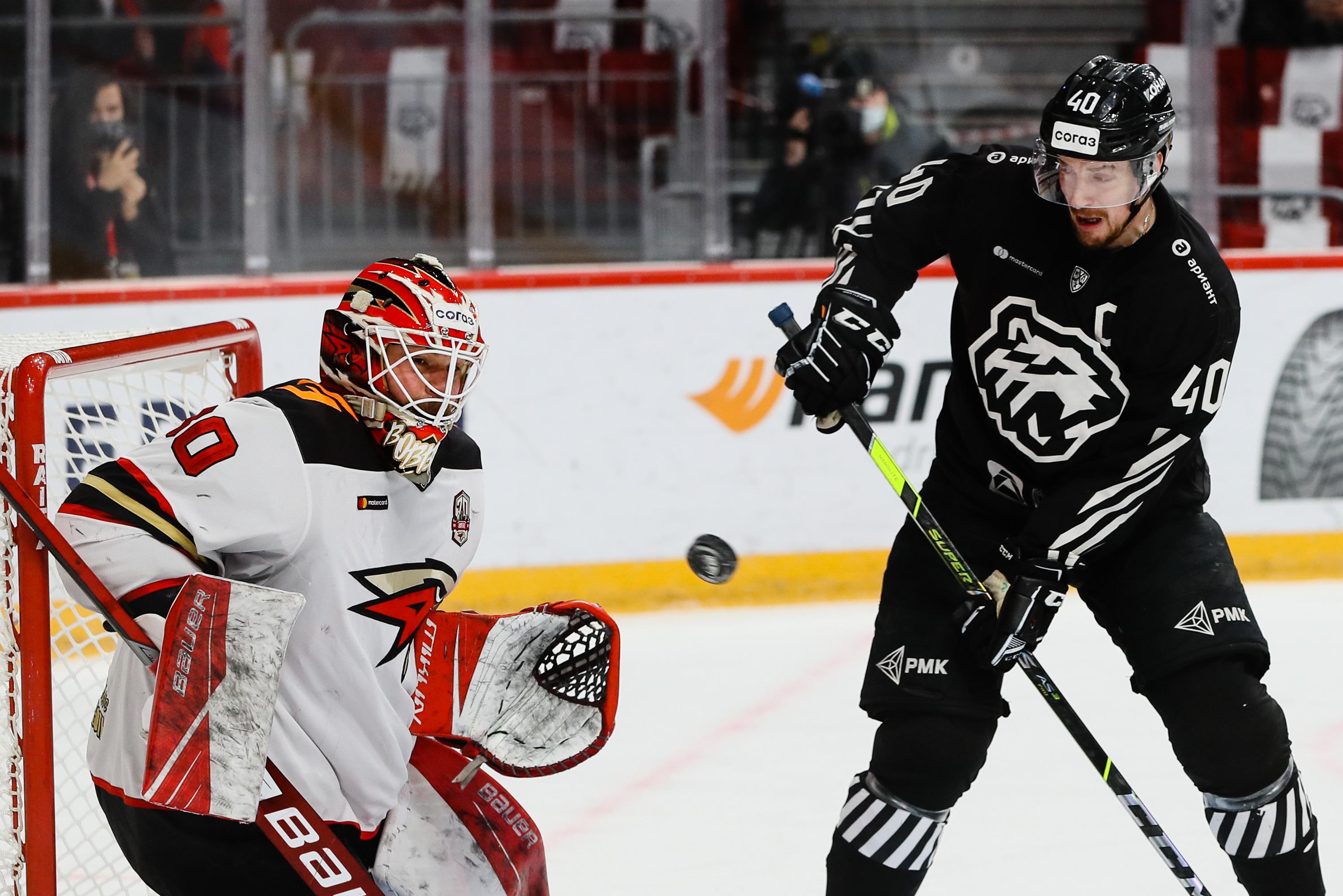 Сергей Калинин (справа) не отличился в этой игре заброшенными шайбами