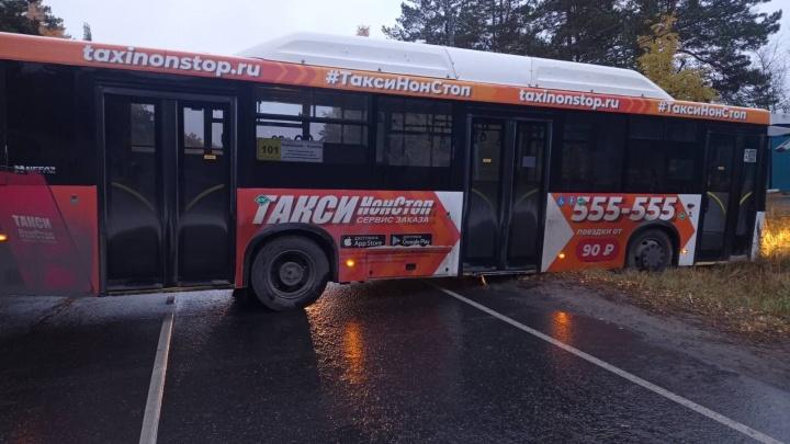 Автобус развернуло на дороге. Под Тюменью поймали водителя с признаками сильного опьянения