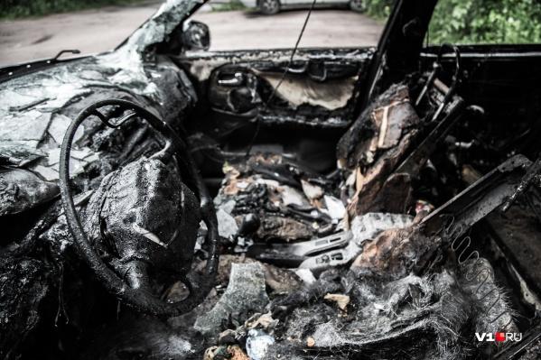 Машина в результате пожара выгорела полностью