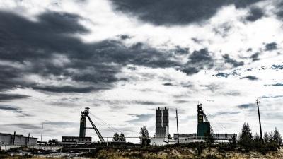 Этот город стоит на золотом руднике стоимостью 360 млрд рублей. Вот как здесь живут люди (и почему)