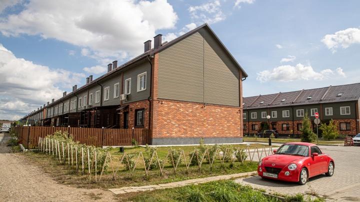 Под Новосибирском вырос городок дешевых таунхаусов с кварталом Стива Джобса и Генри Форда. Как там живут