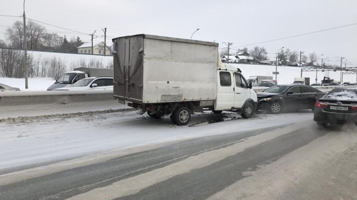 На Большевистской появилась колея — за несколько часов там разбились три машины