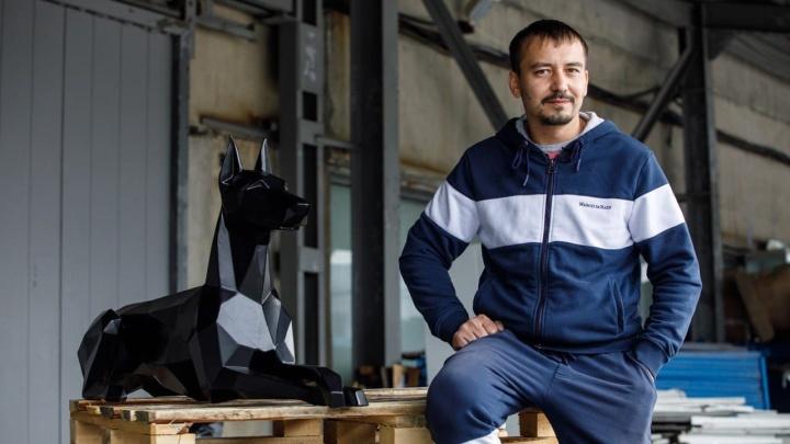 Заказывают даже из Англии: как сварщик-виртуоз из Екатеринбурга сделал бизнес на железных доберманах