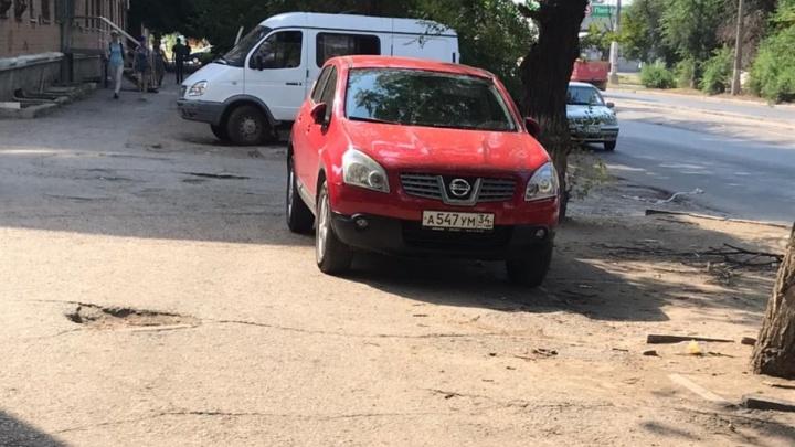 «Ачетакова?»: автохамы Волгограда не видят нарушений в парковке на тротуаре