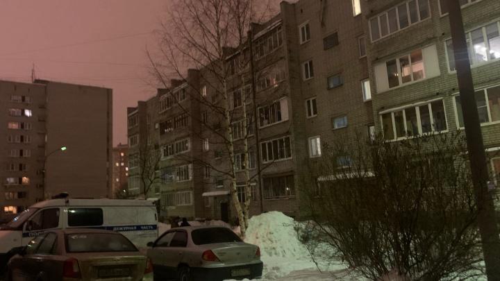 В Ярославле молодой мужчина забаррикадировался в квартире с сестрой и ее ребенком