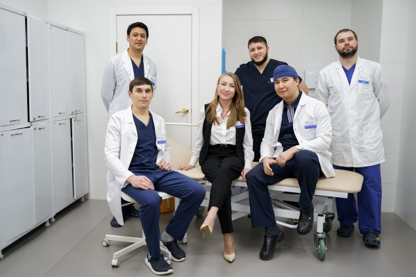 Каждый врач-флеболог клиники «Варикоза нет» на ул. Титова, 29/1 в день принимает около 10 пациентов и проводит в среднем по пять операций