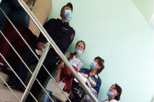 Очередь на вакцинацию в курганской поликлинике растянулась на три этажа