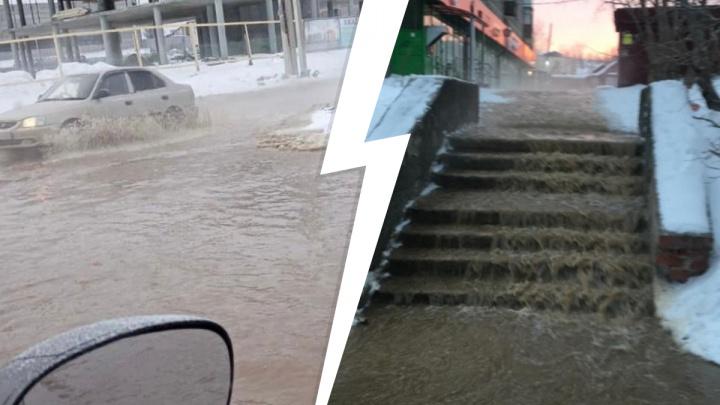 Автомобили плывут по дорогам: в Первоуральске улицы и тротуары затопило водой. Видео