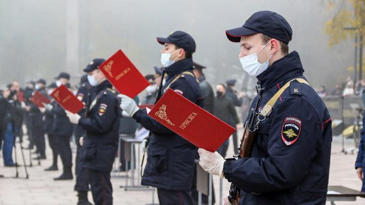 «Служу Закону!». Курсанты нижегородской академии МВД приняли присягу в масках и тумане. Смотрим фото