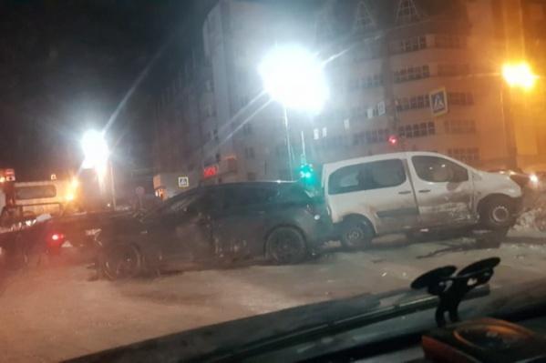 После аварии белый Peugeot въехал в ограждение