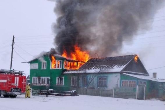 Пожар усиливался за счет ветра и в итоге охватил все постройки семьи