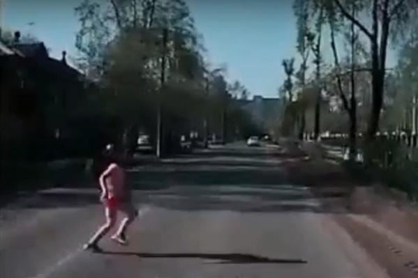 Ребенок выбежал на дорогу в нескольких метрах от пешеходного перехода