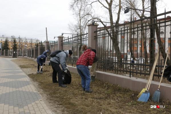 Многие сотрудники бюджетных организаций города уже давно вышли на субботники, не дожидаясь всероссийской акции. Но приборка продолжается