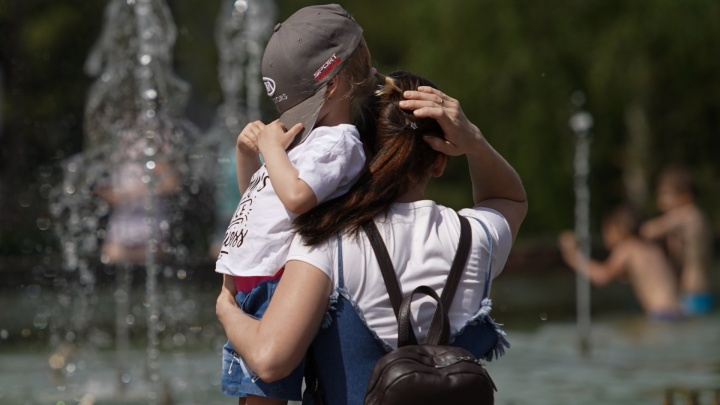 Аншлаг на пляжах, дети в фонтанах и дым от пожаров: Челябинск пережил аномально жаркие выходные