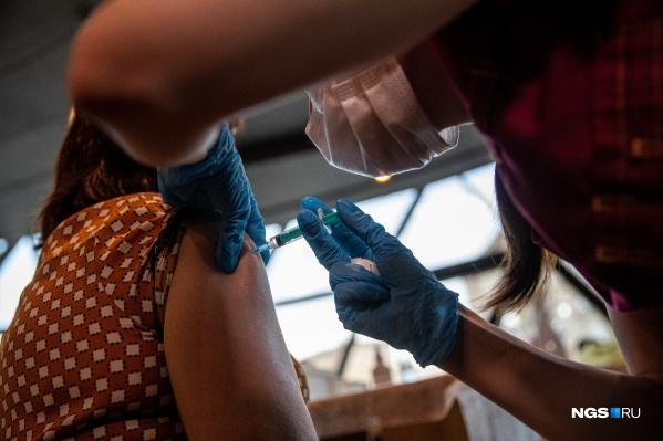 Первые полчаса после вакцинации медики советуют провести возле кабинета врача — на случай острых нежелательных реакций