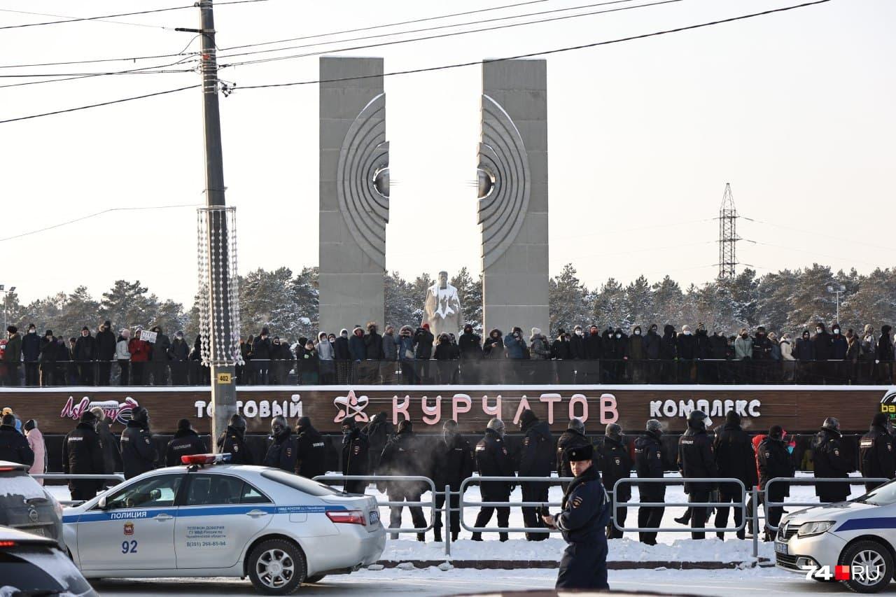 У памятника Курчатову колонну уже ждала полиция