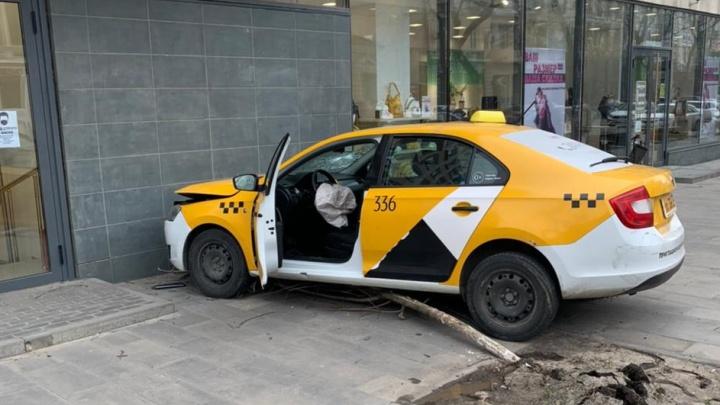 Таксист сбил пешехода и врезался в магазин на Большой Садовой