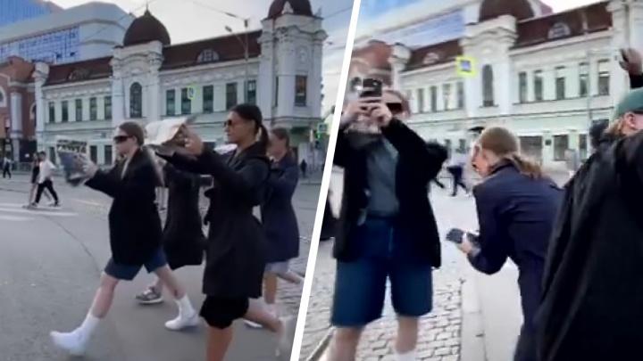 Танцоры устроили перформанс посреди оживленного перекрестка в центре Екатеринбурга