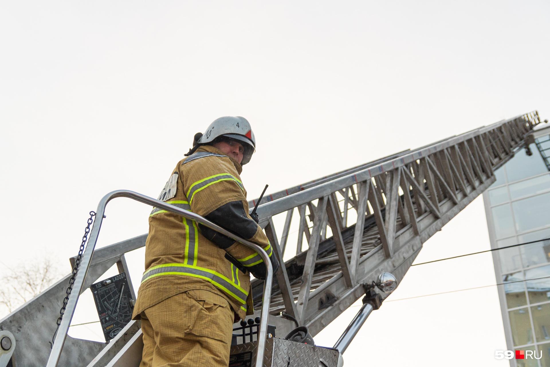 На крышу ТЦ подняли пожарную лестницу